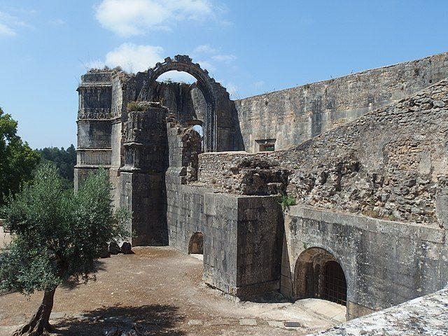 https://commons.wikimedia.org/wiki/File:Tomar,_Convento_de_Cristo,_Casa_do_cap%C3%ADtulo_(01).jpg