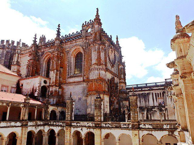 https://commons.wikimedia.org/wiki/File:Tomar,_Convento_de_Cristo,_Claustro_da_Hospedaria_(06).jpg