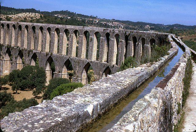 https://commons.wikimedia.org/wiki/File:Tomar-Aqueduto_dos_Peg%C3%B5es-1967_07_31.jpg
