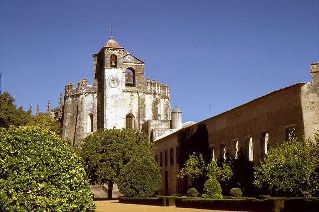 https://commons.wikimedia.org/wiki/File:Tomar-Couvent_de_l%27Ordre_du_Christ-1967_08_02.jpg
