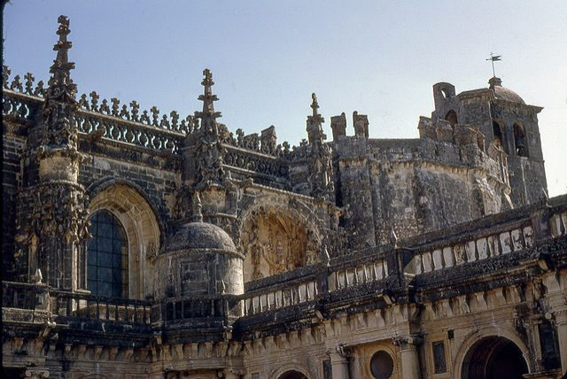 https://commons.wikimedia.org/wiki/File:Tomar,_Convento_de_Cristo,_Claustro_de_D._Jo%C3%A3o_III_(24).jpg