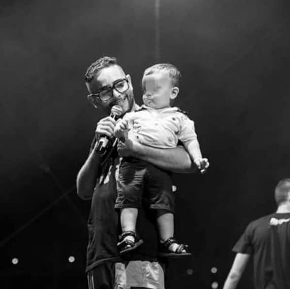 Rocco Hunt sul palco della sua Salerno col figlio Giovanni (Foto da Instagram)