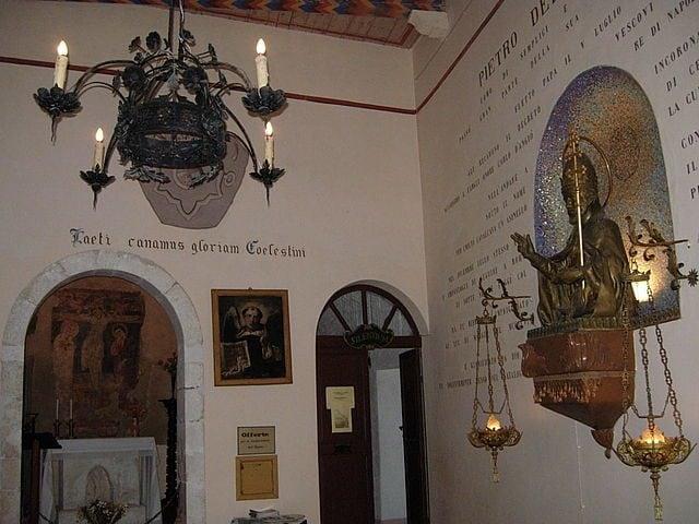 https://it.wikipedia.org/wiki/File:Eremo_di_Sant%27Onofrio_al_Morrone_11.JPG