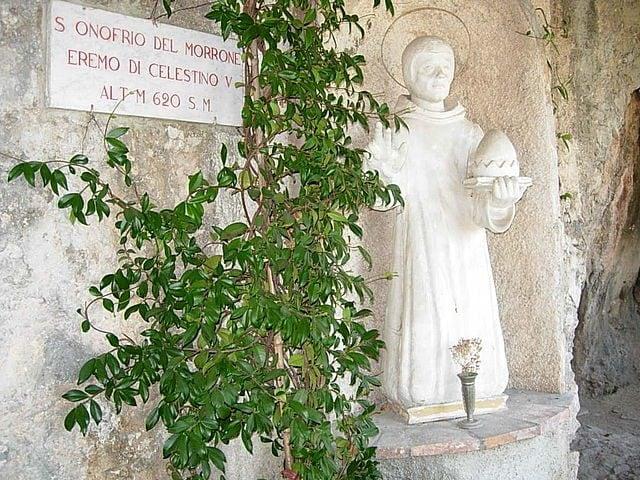 https://it.m.wikipedia.org/wiki/File:Eremo_di_Sant%27Onofrio_al_Morrone2.JPG