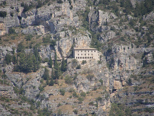 https://commons.wikimedia.org/wiki/File:Sulmona_-Eremo_di_Sant%27Onofrio_al_Morrone-_2008_By-RaBoe_002.jpg