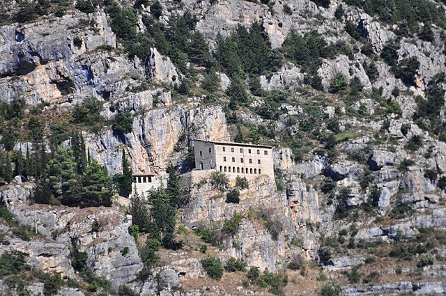 https://commons.wikimedia.org/wiki/File:Sulmona_-Eremo_di_Sant%27Onofrio_al_Morrone-_2014-by-RaBoe_015.jpg
