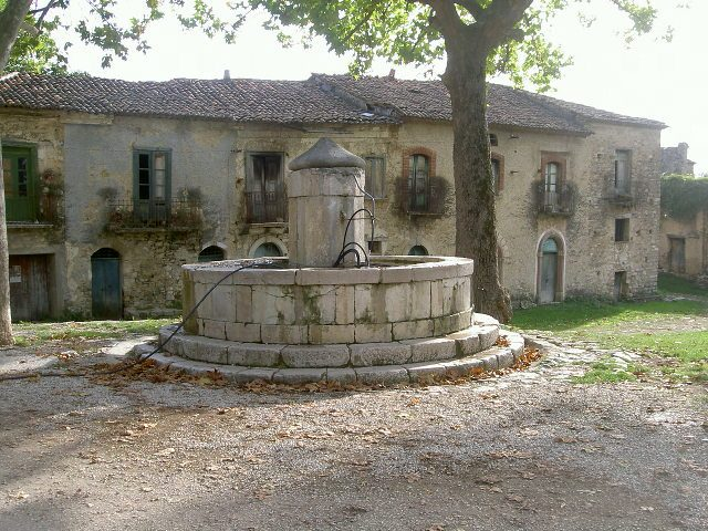 https://commons.wikimedia.org/wiki/File:Roscigno_Vecchia-2.JPG