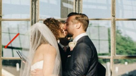 Gli sposi si scambiano il primo bacio dopo il sì, ma alle loro spalle accade qualcosa di scioccante