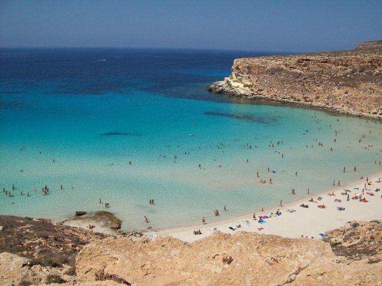 https://it.wikipedia.org/wiki/Isole_Pelagie#/media/File:Spiaggia_Isola_dei_Coniglio_Lampedusa.JPG