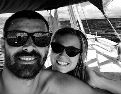 La coppia si diverte in vacanza in Sardegna, terra di Porcella