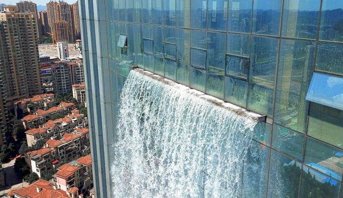 La cascata artificiale più alta del mondo èsituata nella città di Guiyang, la capitale della provincia di Guizhou, nel sud-ovest della Cina.