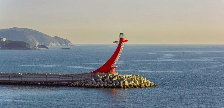 Il Faro di Breakwater, a Gadeokdo East, in Corea del Sud, assomiglia alla prua di una nave