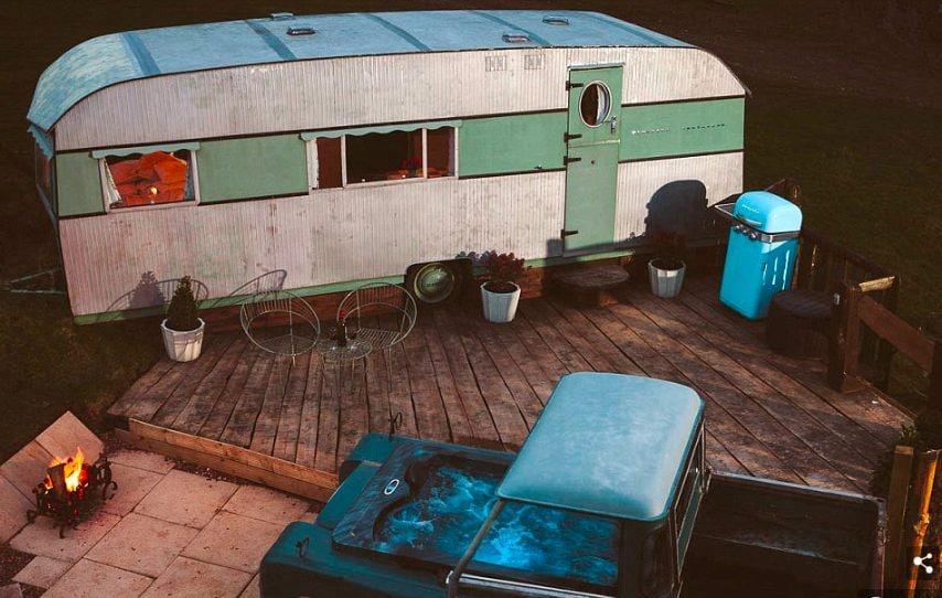 Ci sono volute più di 2.000 ore di lavoro negli ultimi tre anni per trasformare il vecchio caravan in una moderna casa di lusso.