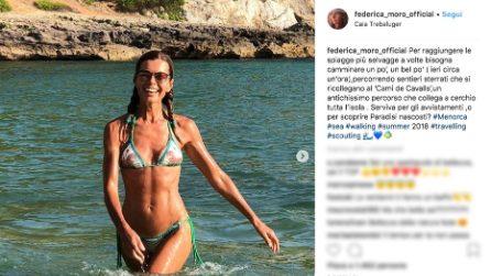 Federica Moro a 53 anni è donna avventura, estate alla scoperta delle calette più belle di Minorca