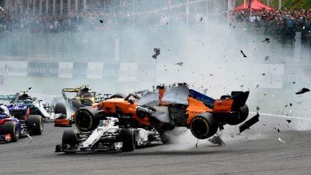 Pauroso incidente al via per Alonso, la sua McLaren vola sopra l'Alfa Romeo Sauber