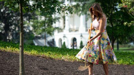 Melania Trump in versione giardiniera chic