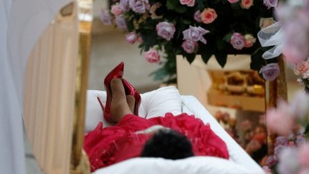 La camera ardente di Aretha Franklin, vestita di rosso con i tacchi a spillo