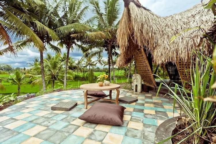 Solo una zanzariera entra tra gli ospiti e gli elementi sotto questa capanna di bambù. Ma qualsiasi cosa più spessa rovinerebbe la vista delle lucciole che scintillano sopra i campi di riso dopo il tramonto.