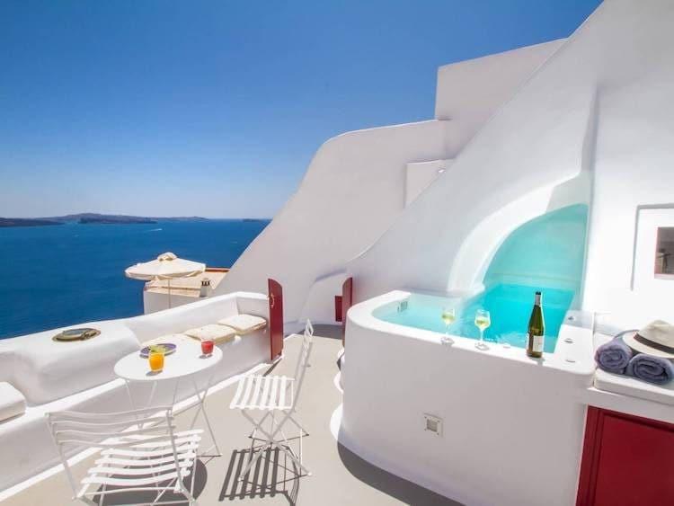 Scavata nella scogliera della caldera, questa grotta di Santorini era originariamente utilizzata come cantina per i vini. Gli ospiti dicono che la casa è perfettamente arroccata, ottima per osservare la folle folla di Oia dall'alto.