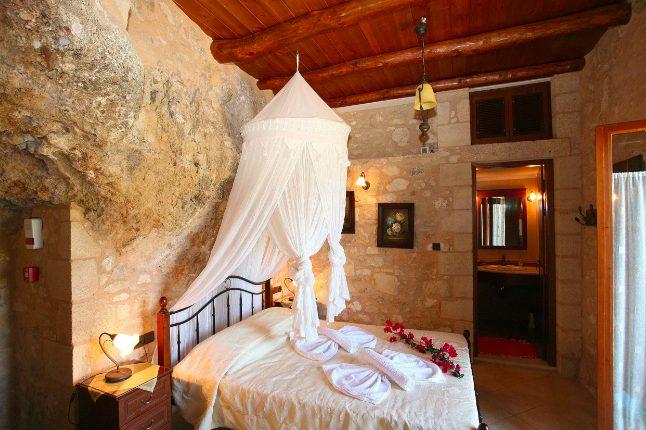 Scavata dalla roccia naturale, questa grotta di Creta era una volta una casa di famiglia. Recentemente ricostruita, la villa ora recintata in pietra include un balcone per mostrare le acque turchesi della baia di Kissamos.