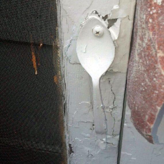 La maniglia della porta è un cucchiaio
