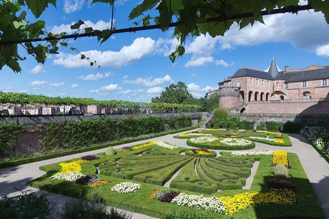 https://commons.wikimedia.org/wiki/File:Albi_-_Palais_de_la_Berbie_-_Jardins.jpg