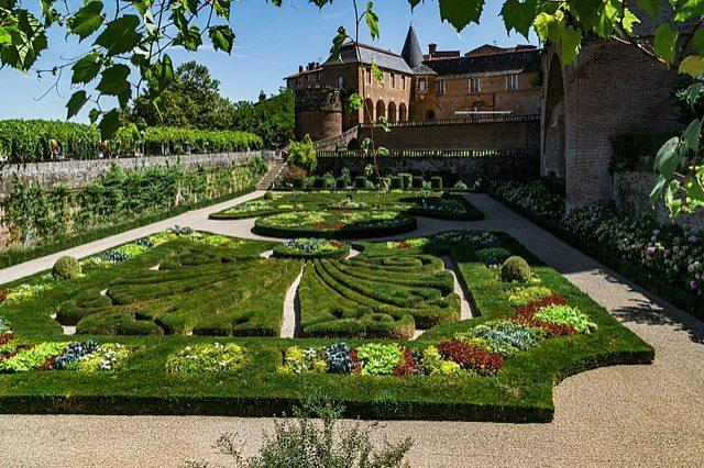 https://commons.wikimedia.org/wiki/File:Garden_of_the_Palais_de_la_Berbie_06.jpg