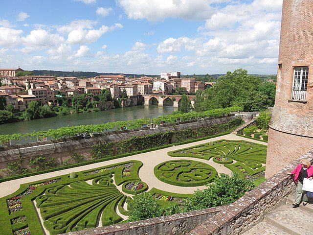 https://commons.wikimedia.org/wiki/File:Jardin_du_Palais_de_la_Berbie_3.jpg