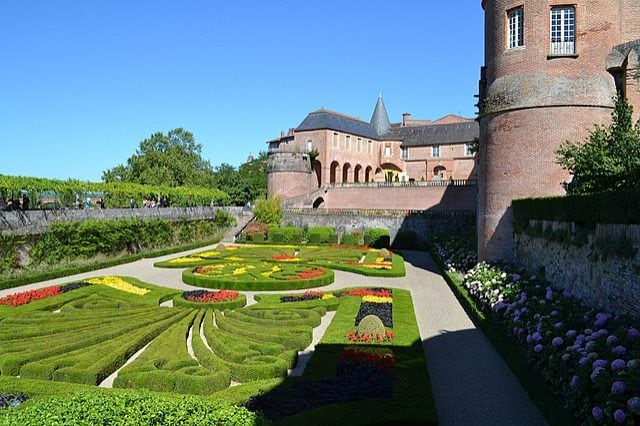 https://commons.wikimedia.org/wiki/File:Jardins_du_Palais_de_la_Berbie_%C3%A0_Albi_(07).jpg