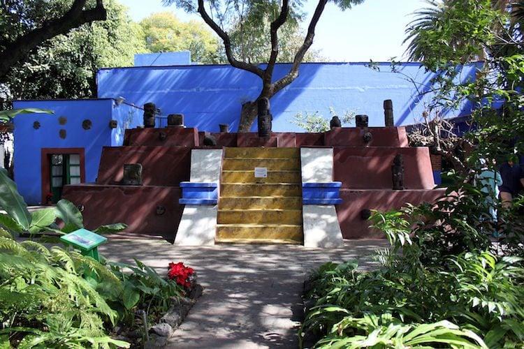 Anche quando Frida Khalo e Diego Rivera decidono di tornare assieme e risposarsi, La Casa Azul diventa un luogo importante della loro vita. Qui la coppia decise di trasferirsi, di creare un proprio studio di pittura, di ridipingere le pareti esterne della casa di blu cobalto e abbellire il cortile con statue precolombiane. Nel 1958, dopo la morte di Frida, Rivera donò la casa al Messico per farne un museo: ilMuseoFrida Kahlo.