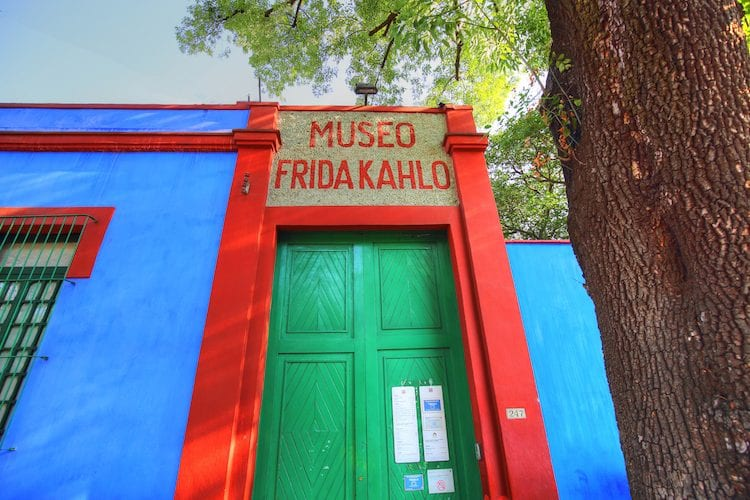 La Casa Azul è dove Frida Khalo ha trascorso gran parte della sua infanzia, bloccata a letto dalla poliomielite; della sua giovinezza, in seguito all'incidente in tram che le costò danni irreparabili alla spina dorsale; dell'età adulta, dopo il divorzio col marito e pittore Diego Rivera.