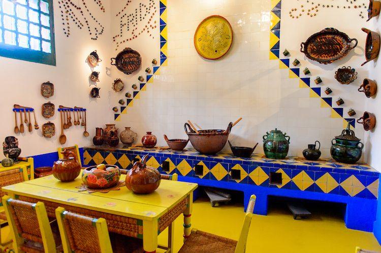Il piano terra si sviluppa in otto stanze: il soggiorno, la cucina, la sala da pranzo, la camera da letto di Rivera e quattro stanze per gli ospiti. Di particolare bellezza è lacucina, decorata con piastrelle gialle e blu, ceramiche tradizionali e utensili artigianali; sulle pareti, Frida Kahlo aveva sistemato piccoli vasi per compitare i nomi della coppia. In tutte le stanze sono esposte inoltre opere e oggetti personali di Frida.