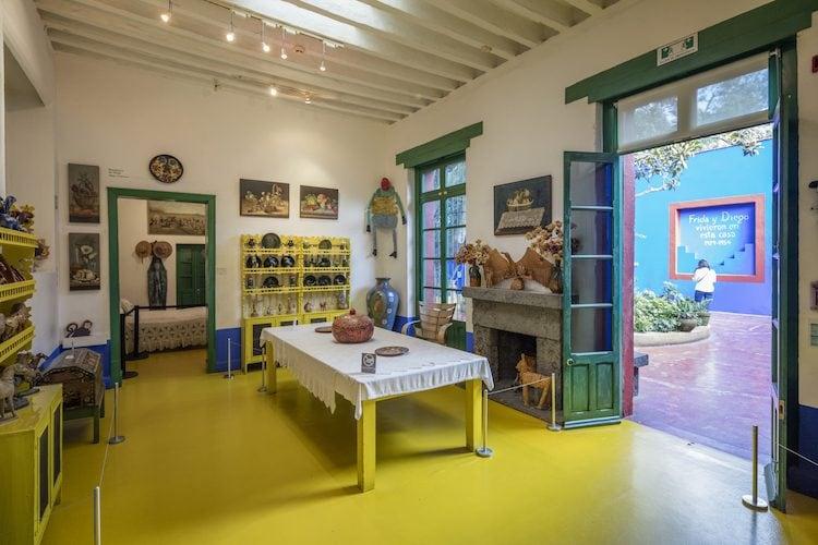 Lo studio di Frida Kahlo si trova al piano superiore, realizzato negli anni Quaranta da Rivera. Nella stanza si trovano tutti gli oggetti personali di Frida, le sue tavolozze dipinte a vernice e i pigmenti in bottiglie di vetro.C'è anche la sua sedia a rotelle di fronte al suo cavalletto.