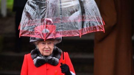 Gli ombrelli di plastica trasparente della regina Elisabetta II