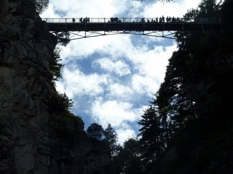 Il Marienbrucke, in Germania, detiene il titolo per il ponte più pericoloso del mondo, perché costruito on modo ardito per per collegare due scogliere vicino alle Alpi bavaresi.