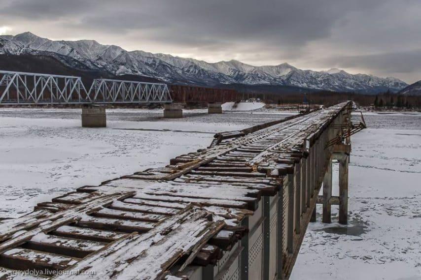 Il Vitim River Bridge, in Russia, è stato attraversato solo da una manciata di persone sopravvissuteperché è ghiacciato per la maggior parte dell'anno, non è abbastanza largo per un'auto e non ha ringhiere.