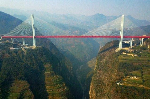 Il Ponte Beipanjiang, inaugurato di recente, è il ponte sospeso più alto del mondo con i suoi 565 metri di altezza. E non solo il ponte ha un'altezza da record ma si estende su una gola profonda di 1.340 metri per collegare due tra le province più remote della Cina, Yunnan e Guizhou.