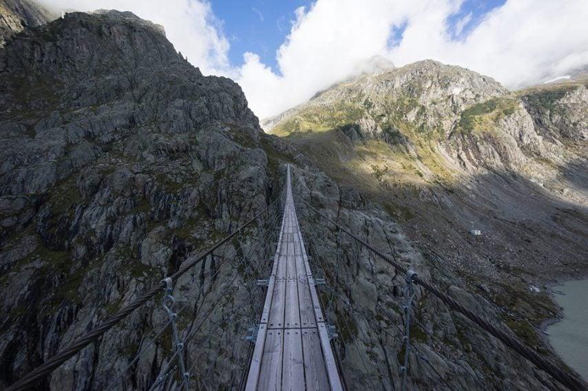 Il ponte di Trift si trova nelle Alpi di Gadmen.Questo è un ponte di 180 metri di lunghezza e 110 metri di altezza in Svizzera da mettere i brividi.