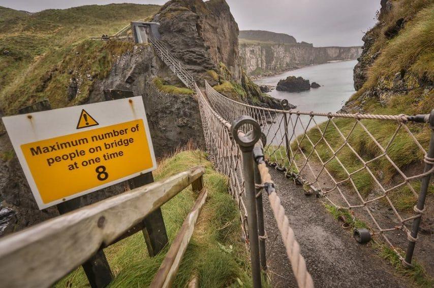 Carrick-a-Rede Rope Bridge si trova a Antrim Town, in Irlanda del Nord, e ci vuole molto coraggio per attraversare questo percorso lungo 21 metri all'altezza di 30 metri.