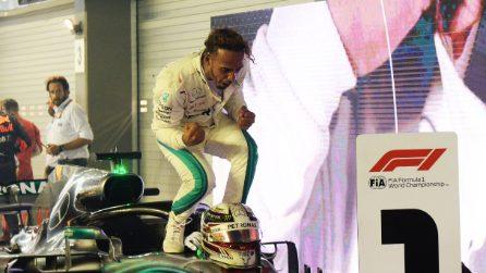 Hamilton brilla nella notte di Singapore, l'inglese vince davanti a Verstappen e Vettel