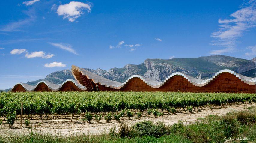 In una delle zone più belle della regione vinicola della Rioja, in Spagna, sorge l'imponente sagoma della Cantina Ysiosprogettata da Santiago Calatrava.L'architetto è stato ispirato dalle file di botti usate per invecchiare i vini.Completato nel 2001, il tetto ondulato in alluminio e cedro riecheggia il paesaggio montuoso circostante.Il suo nome è un tributo a Iside e Osiride, divinità egiziane strettamente legate al mondo del vino.
