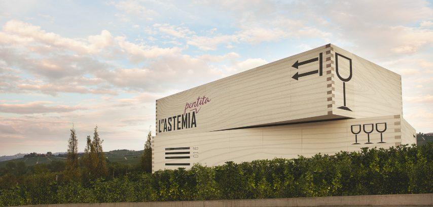L'architettoGianni Arnaudoha progettato i due parallelepipedi diL'Astemia Pentita, a Barolo, che segnano il paesaggio delle Langhe come due enormi cassette di vino, con tanto di codice a barre, frecce di orientamento e scritta 'fragile' sul tetto, posizionate nei vigneti. Sandra Vezza è la proprietaria della cantina, nonché dell'azienda di design Gufram, e ha curato personalmente il progetto degli interni caratterizzati da pavimento in resina e rafia