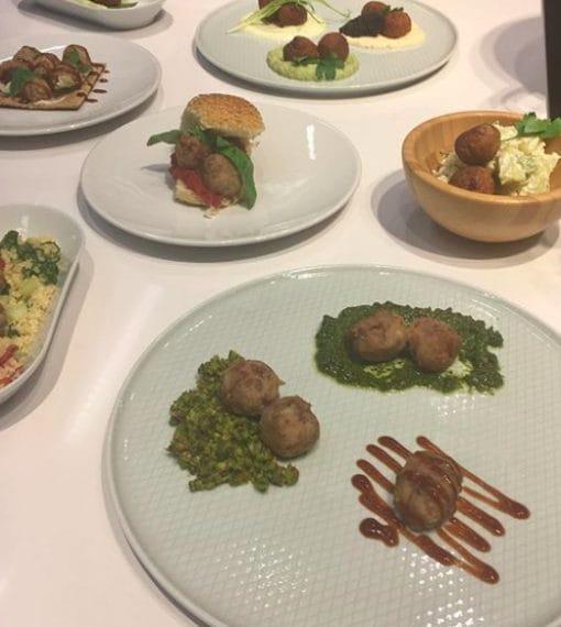 Piatti preparati alla postazione cucina del nuovo Market Hall di San Giuliano Milanese