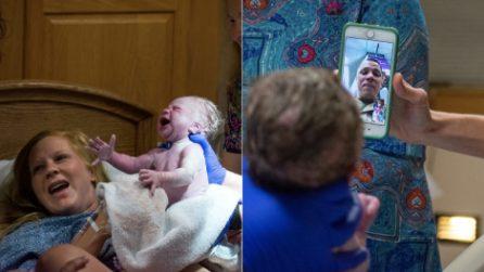 Non riesce a tornare a casa per la nascita di sua figlia: ciò che accade è commovente