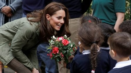 Kate Middleton torna a lavoro con un look casual e riciclato