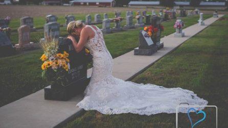 Il suo futuro marito è morto, visita la tomba vestita da sposa il giorno del loro matrimonio