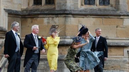 Royal Wedding di Eugenie: il vento fa volare cappelli e gonne