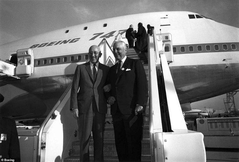 Il presidente della Boeing Bill Allen e l'amministratore delegato dell'ex compagnia aerea Pan Am Juan Trippe (a destra) celebrano il lancio del Boeing 747 'jumbo jet' nel 1968. Gli amici di lunga data hanno concluso un accordo sulla vendita dell'aereo a Pan Am con una stretta di mano mentre era in una gita di pesca. © Boeing
