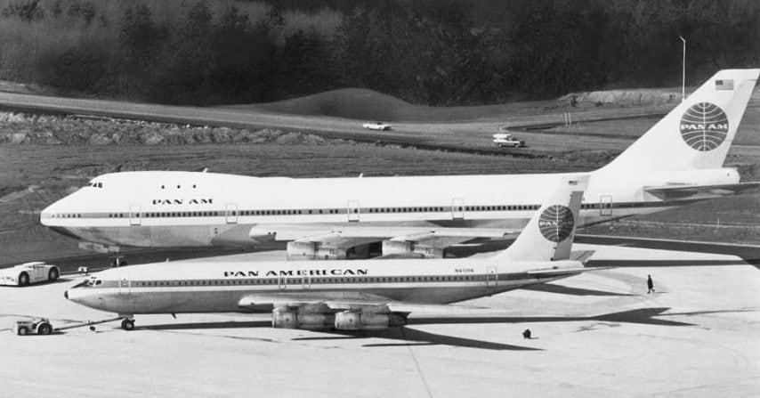 La vasta dimensione del 747 è facilmente visibile in questa immagine presso l'impianto Boeing di uno parcheggiato accanto al suo antenato, il Boeing 707-321B © Boeing
