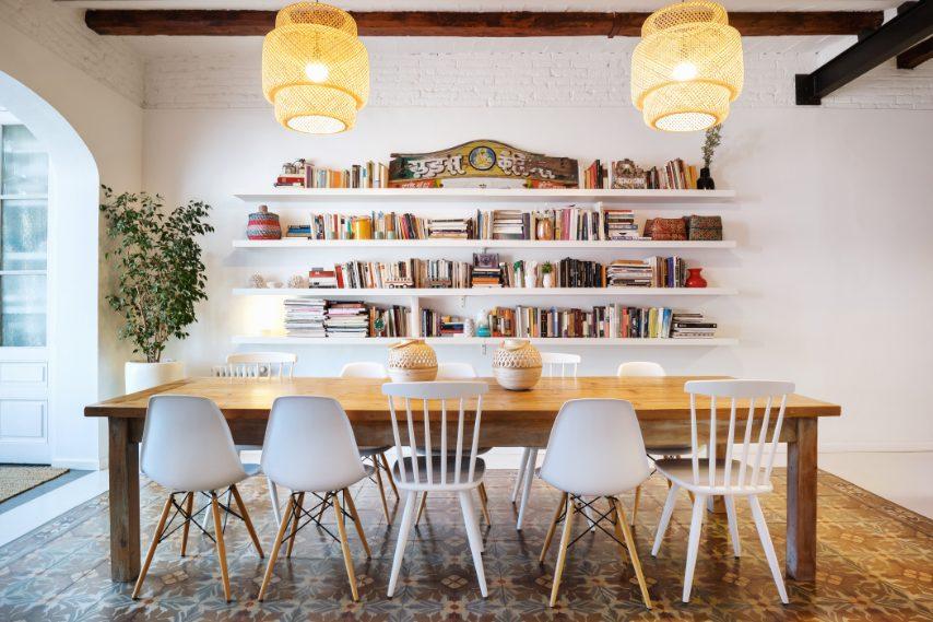 Soffitti altissimi, pareti candide e tanta luce naturale in un arioso appartamento nel cuore di Barcellona. Fino a 8 ospiti A partire da €290 a persona a notte Per prenotare un soggiorno: https://www.airbnb.it/rooms/plus/272282